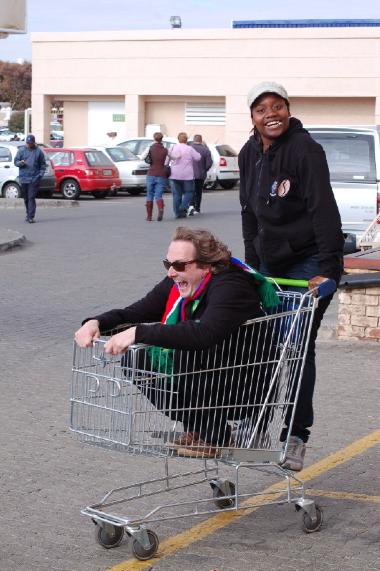 Marc im Einkaufswagen